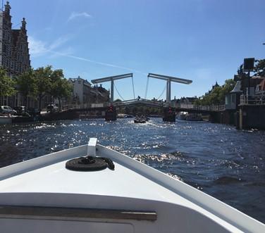 Boot fahren durch Haarlems Kanäle