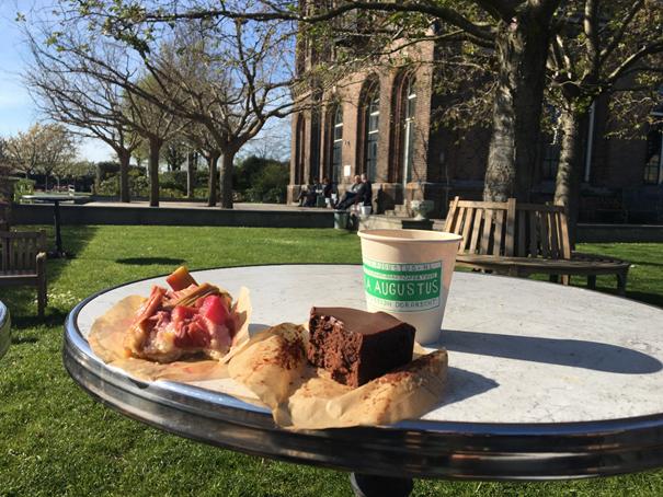 Kaffee und Kuchen in der Villa Augustus im Biesbosch
